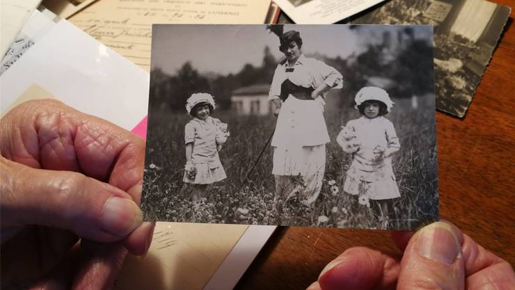 Juliette, die Mutter von L., mit ihrer Zwillingsschwester und der Ziehmutter auf einer Wiese in Deutschland.ZVG