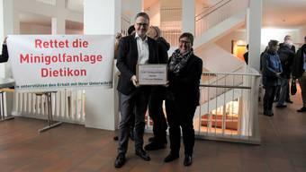 Gemeinderätin Manuela Ehmann (EVP) übergab die 2471 Unterschriften an den Stadtpräsidenten Roger Bachmann (SVP)