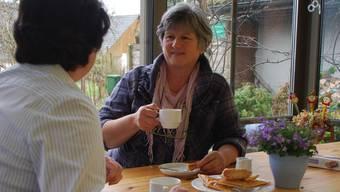 Gastmutter Marie-Louise Küchler (rechts) zusammen mit «Laura», die wieder Fuss fassen will im normalen Leben.
