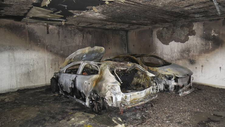 Ein Fahrzeugbrand eines in einer Einstellhalle parkierten Autos in Anglikon (Gemeinde Wohlen) richtet am Sonntag erheblichen Sachschaden an.