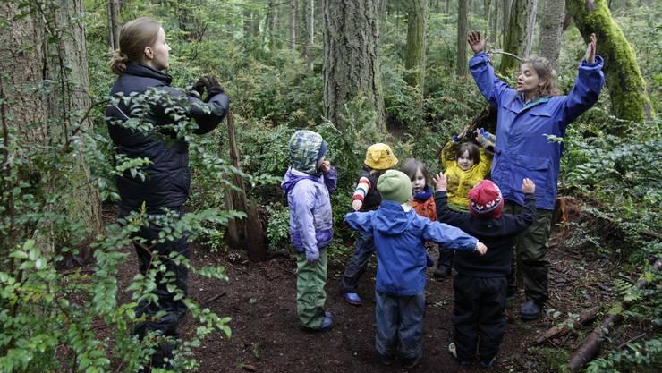 Die Kinder spielen, singen, lernen und toben unter freiem Himmel. (Archivbild)