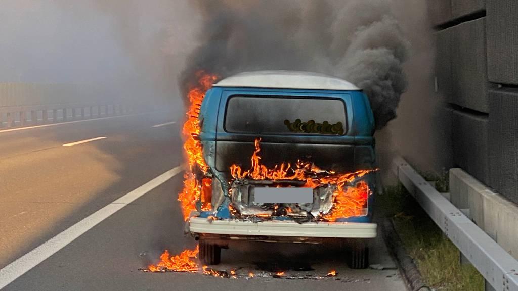 VW-Büssli brennt auf der Autobahn aus – Totalschaden