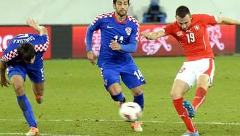 Drmic drückt ab und trifft. Die Schweiz führt 1:0.