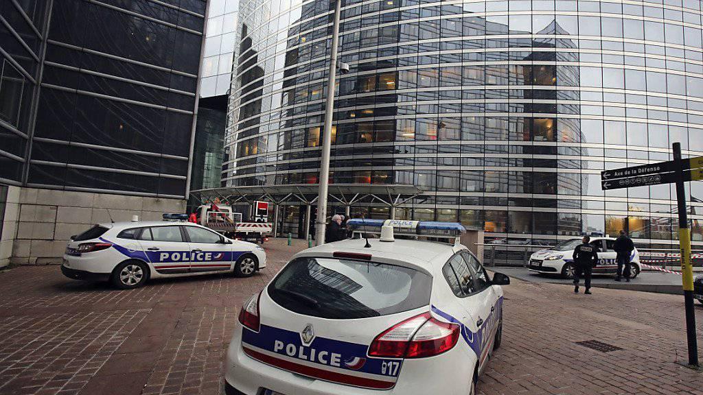 Die französische Polizei hat nach unbestätigten Angaben in Paris einen Mann festgenommen, der Verbindungen nach Syrien haben soll. Die Festnahme steht im Zusammenhang mit den Ermittlungen nach der Pariser Anschlägen. (Symbolbild)
