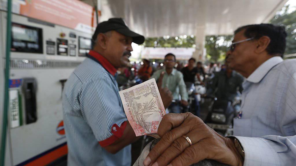 Ein Kunde will an einer indischen Tankstellen eine 1000-Rupien-Note wechseln: Laut einer Weisung der Regierung sollen die grossen Noten noch bis zum 24. November gültig sein.