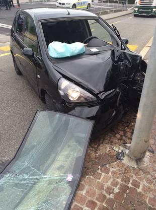 Der Honda rammte in der Folge einen Inselschutzpfosten und prallte danach noch gegen eine Strassenlampe.