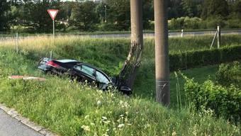 Ein gestohlenes Auto beendete die Verfolgungsjagd mit der Polizei in Rolle VD, indem es den Betonpfeiler einer Hochspannungsleitung rammte.