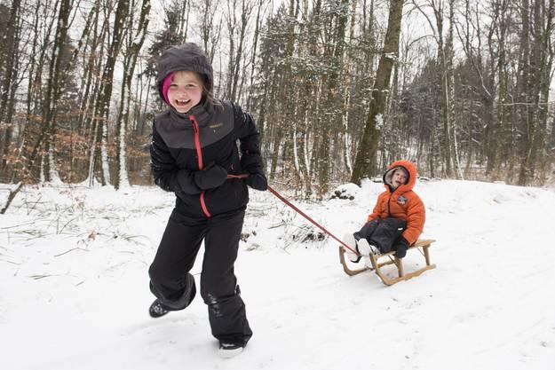 Julia (7) schiebt ihren kleinen Bruder Lenard(5) hinter sich her. Die beiden Kinder aus Holland besuchen ihre Grossmutter in Baden.
