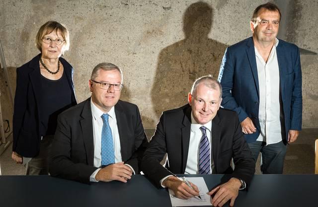Moment für die Ortsgeschichte: Regierungsrat Stephan Attiger unterzeichnet die Vereinbarung zur Umfahrung Mellingen, neben ihm Gemeindeammann Bruno Gretener, stehend WWF-Präsidentin Regula Bachmann und VCS-Präsident Jürg Caflisch.