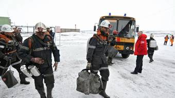 Rettungskräfte am Freitag auf dem Weg zur Unglücksmine  in Sewernaja bei Workuta.