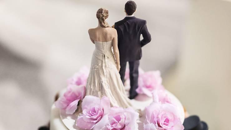 Verheiratete Paare sollen zukünftig nicht mehr unter der Heiratsstrafe leiden. (Symbolbild)