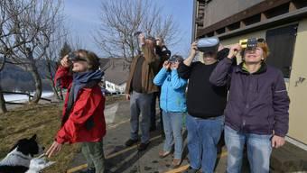 Rund 50 Personen verfolgen bei der Sternwarte auf dem Grenchenberg die Sonnenfinsternis mit Spezialbrillen und Filter