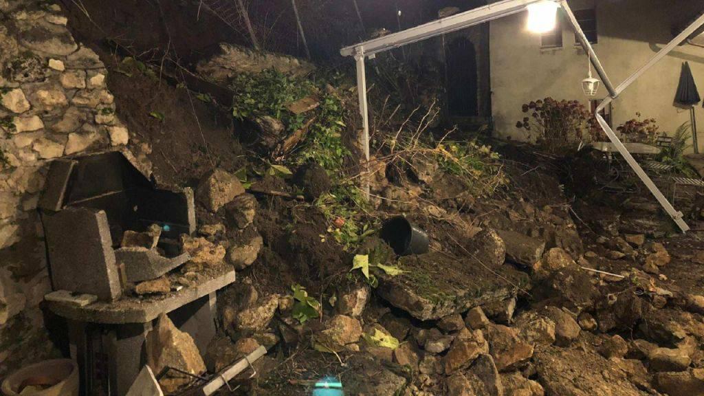 Einstürzende Mauer beschädigt Terrasse in Estavayer