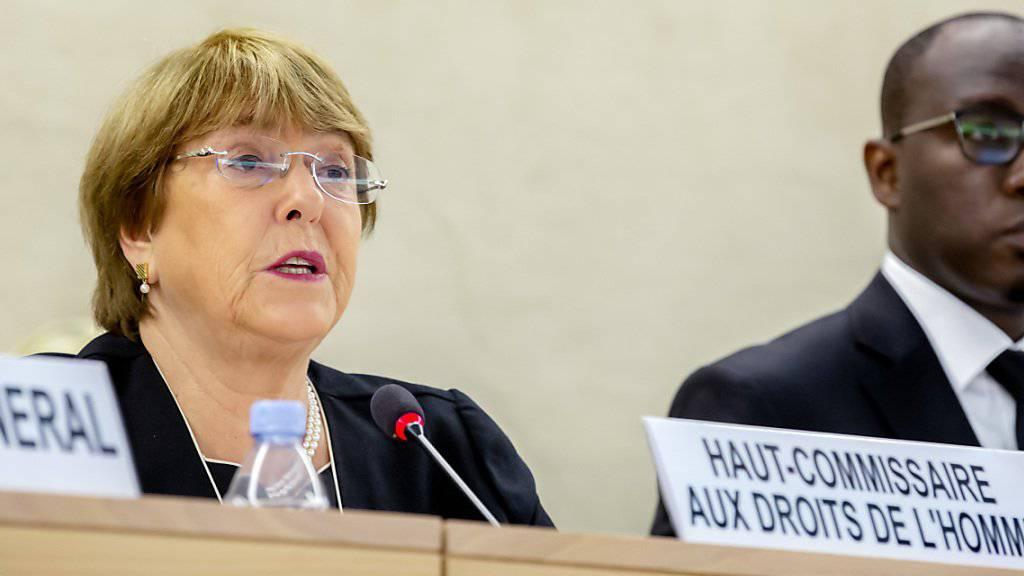 Uno-Menschenrechtskommissarin Michelle Bachelet hat die Mitgliedstaaten dazu aufgefordert, Verantwortung für ihre Bürger zu übernehmen. Insbesondere die rund 29'000 Kinder von IS-Kämpfern, die in Gefangenenlagern in Syrien und im Irak leben, müssten wieder in die Gesellschaft eingegliedert werden.