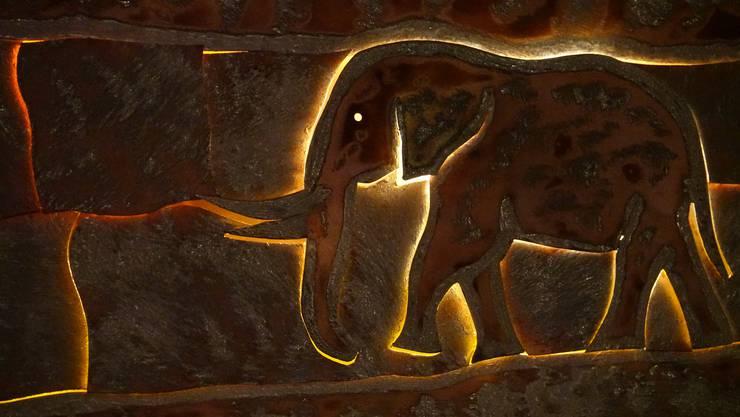 Vernissage in der Galerie Immaginazione;Ausschnitt aus dem Lichtobjekt Elefantenparade aus verzinktem Kupfer.