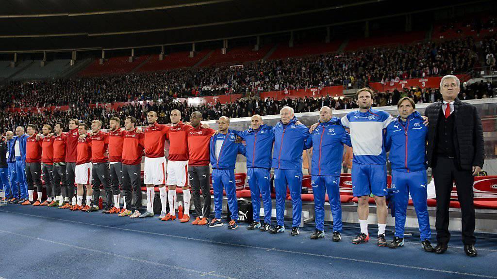 Vladimir Petkovic (ganz rechts) kennt heute Abend die EM-Gruppengegner der Schweiz