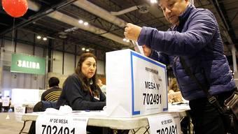 Ein Peruaner stimmt über die Verfassungsreform ab. Mehr als 24 Millionen Wahlberechtigte waren am Sonntag aufgerufen, in einem Volksentscheid unter anderem über ein geplantes Verbot der direkten Wiederwahl von Abgeordneten abzustimmen.