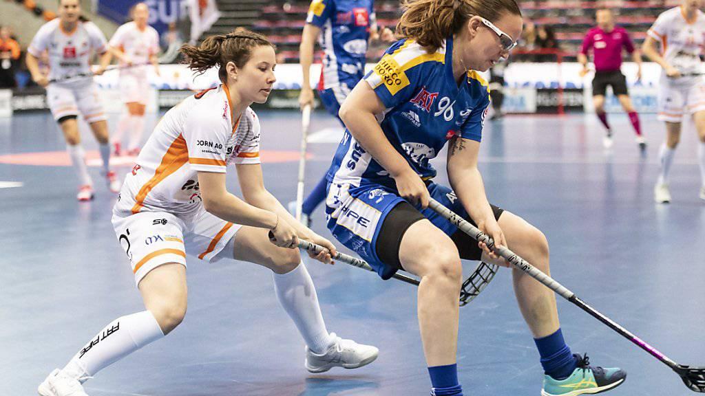Nicole Capatt von Piranha Chur (links) im Duell mit Ellenor Bengtsson