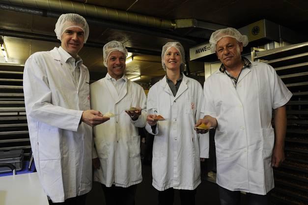 HR. Scheidegger, rechts mit Vertretern der Fa. Zweifel zeigt spezielle Zutaten, welche mit den Nüssen verarbeitet werden.