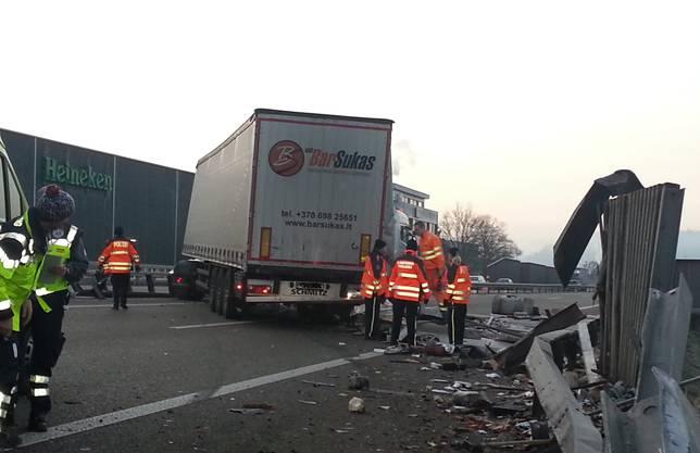 Der Lastwagen versperrte die Fahrbahn