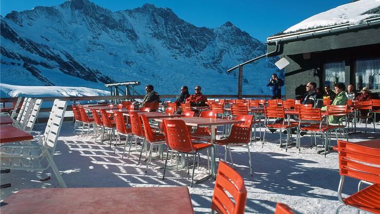 Kaum Gäste trotz tollem Winterwetter: Bergrestaurant oberhalb von Saas-Fee. key