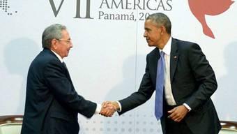 Raúl Castro (l.) und Barack Obama beim historischen Handschlag