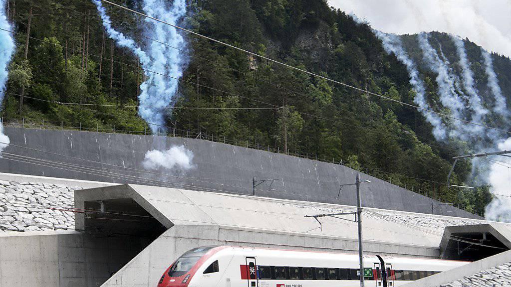 Feuerwerk für einen der beiden heimlichen Stars des Gotthard-Eröffnungsfest: Der ICN, der im Tessin gestartet ist, kommt beim Nordportal aus der Röhre.