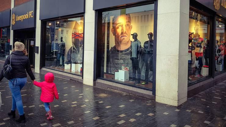 Der Fanshop von Liverpool im Stadtzentrum. Obwohl erst seit Sommer ein Red ist Xherdan Shaqiri bereits ein Aushängeschild.