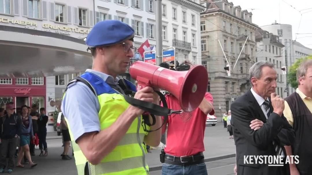 Klimaaktivisten besetzen Eingänge von Banken in Zürich und Basel