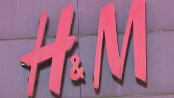 Der Kleiderkonzern Hennes & Mauritz (H&M) hat im ersten Quartal einen geringeren Gewinneinbruch erlitten als befürchtet. (Archiv)