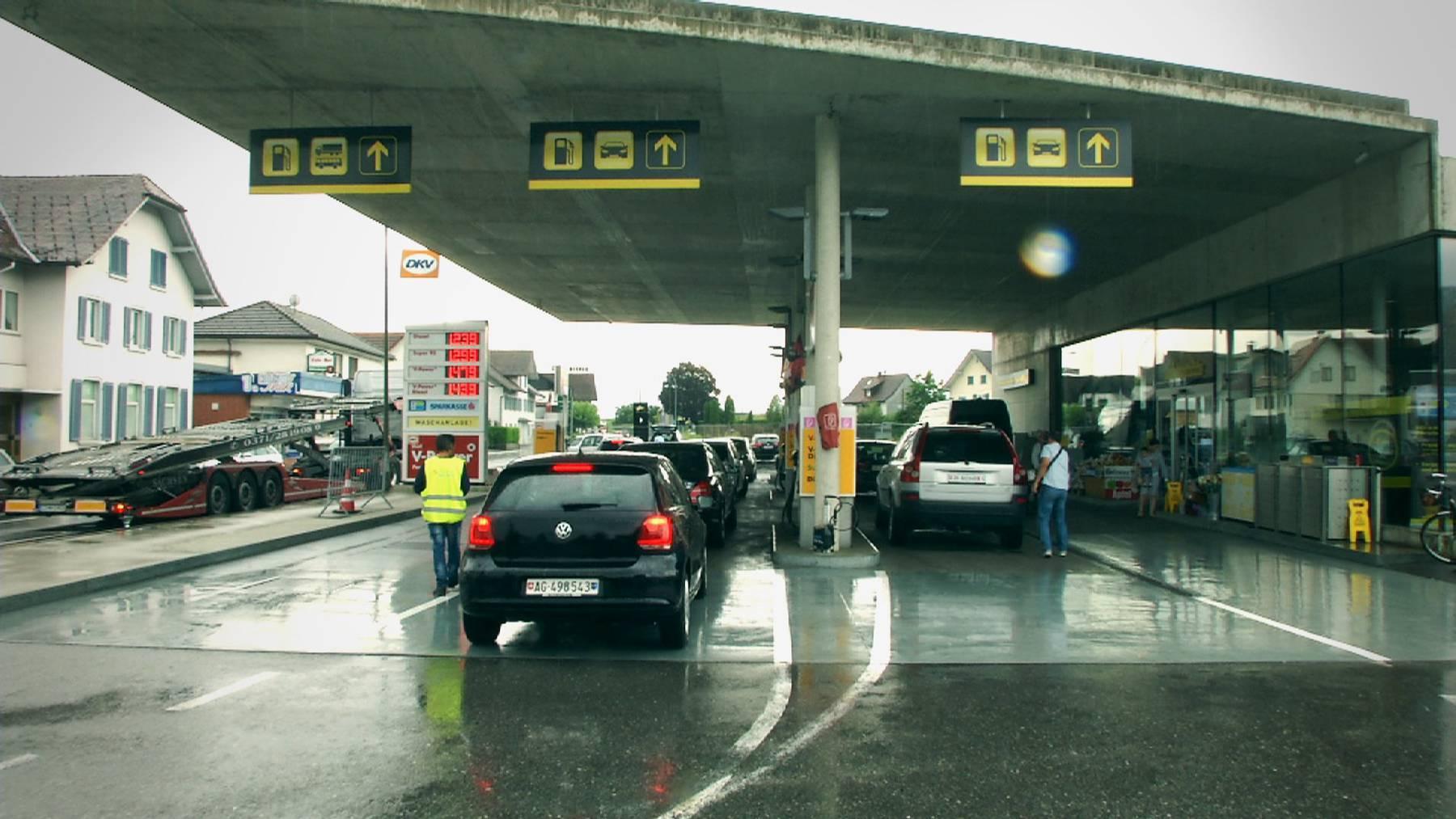 Der niedrige Eurokurs lockt Autofahrer über die Grenze.