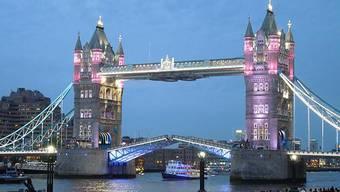 Die Tower Brigde in London leuchtet zu Ehren der kleinen Prinzessin rosa.