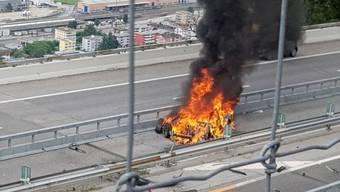 Wie der Tesla auf der A2 in Brand geriet, ist unklar.