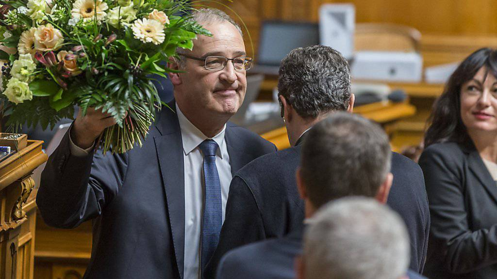 Der neugewählte Bundesrat Guy Parmelin nimmt Gratulationen entgegen.
