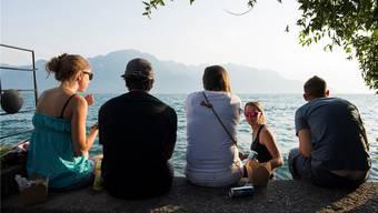 Die Kantone Genf, Waadt und Wallis teilen sich zwar ein Gewässer, haben politisch aber ziemlich wenig gemein. Im Bild Jugendliche am Lac Léman in Montreux.Anthony Anex/Keystone