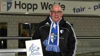 Hans Hübscher, grosser Fan und über Jahre «die Lebensversicherung» des FC Wohlen, mit dem von ihm lancierten Jubiläumsbuch. (Archivbild)