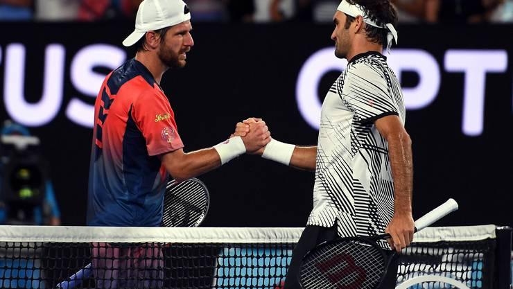 Im ersten Ernstkampf seit Wimbledon und nach 203 Tagen bezwingt Federer mit dem Österreicher Jürgen Melzer (35) einen alten Weggefährten. «Ich hätte nicht gedacht, dass ich so nervös sein würde», sagt Federer danach. «Ich bin einfach nur froh, zurück zu sein.»