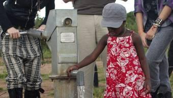 Madonna legt Grundstein für Mädchenschule in Malawi