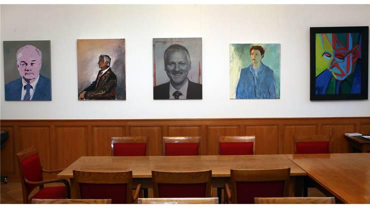 Blick in die «Ahnengalerie»: Porträts des von 2005 bis 2013 amtierenden Teams im Solothurner Regierungsrat (von links: Christian Wanner, Walter Straumann, Peter Gomm, Esther Gassler, Klaus Fischer)