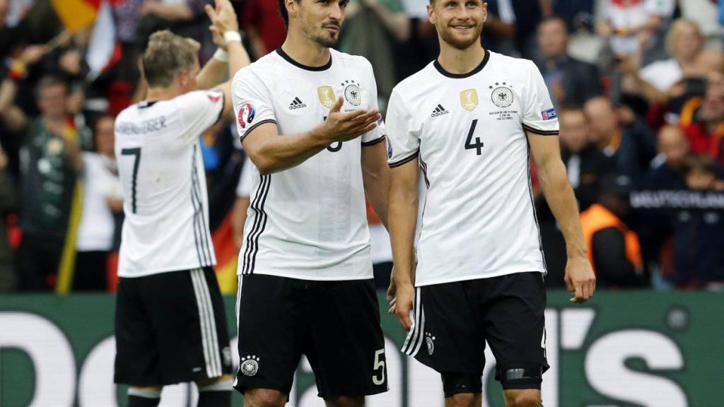 Auf Weltmeister Deutschland, hier Mats Hummels und Benedikt Höwedes, wartet im EM-Viertelfinal der Sieger aus der Partie zwischen Titelverteidiger Spanien und Italien