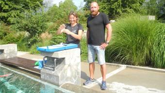 Bademeisterin Brigitte Schranz und Anlagenleiter Maik Ruzicska prüfen den Chlor- und den pH-Wert des Wassers im Sportzentrum Zuchwil.