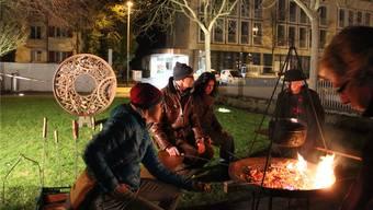 Zuerst Geschichten, dann Cervelat-Bräteln: Die Gäste geniessen das gemütliche Zusammensein im Brugger Stadtgarten.