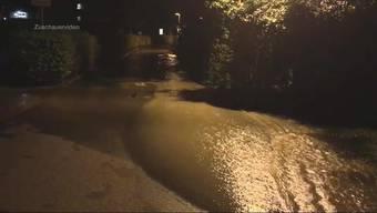 Kurz nach 22 Uhr bricht in Olten eine Wasserleitung auf und hunderte Kubikmeter laufen aus. Rund 20 Liegenschaften hatten kein Wasser mehr.
