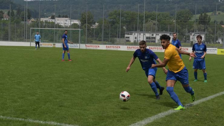Schlierens Spielertrainer Souhel Muhi-Eddine (rechts, im gelben Trikot) hat auch im Derby beim 7:1 gegen Oetwil-Geroldswil getroffen.