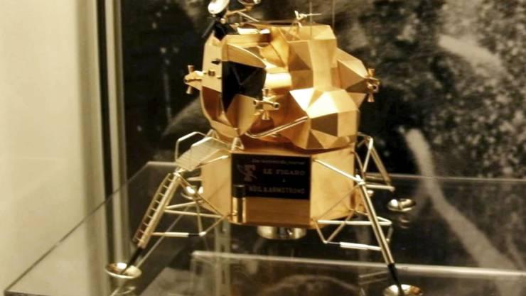 Gerade mal 15 Zentimeter hoch, aber von unschätzbarem Wert: Eine Modellnachbildung aus Gold des Mondlandemoduls Apollo 11.