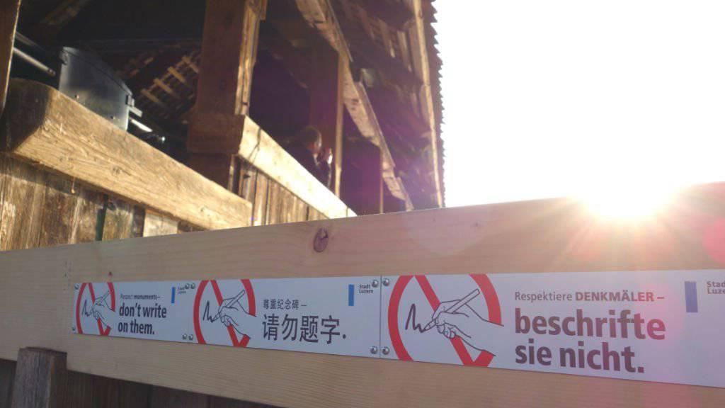Luzern will Kapellbrücke mit Schildern vor Kritzeleien schützen