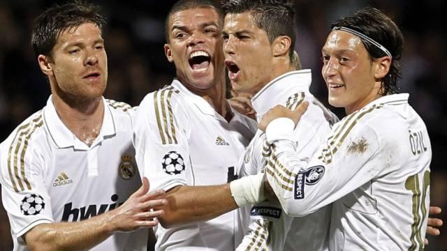 Doppeltorschütze Cristiano Ronaldo (2.r.) lässt sich feiern