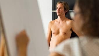Der 35-jährige Daniel Wyss posiert vor rund 15 Zeichnern und Zeichnerinnen. Hier steht er im Blickfeld von Noemi Scherrer.