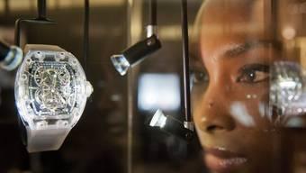 Hostess mit Uhr von Richard Mille an einer Uhrenmesse. (Symbolbild)