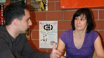 Unterstützung: Der Lehrstellencoach Marco Petoia und die Jugendbeauftragte Karin Bachmann diskutieren das weitere Vorgehen beim Lehrstellen-Coaching. (Sandro Zimmerli)